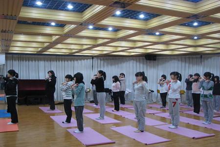 瑜伽体式臀桥改变驼峰 瑜伽练习