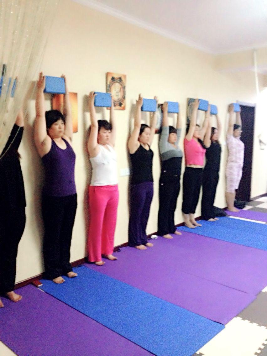 这几个瑜伽体式能改善你的圆肩驼背 瑜伽体式