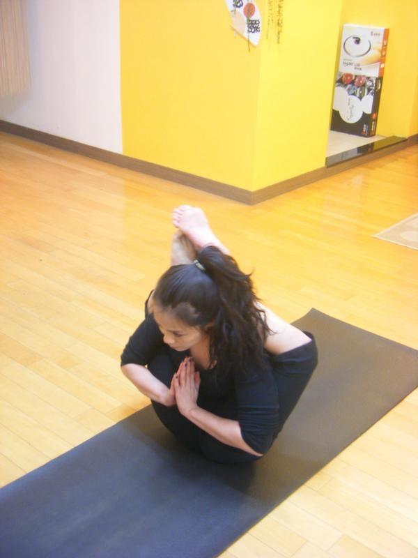 如何练习瑜伽打开胸腔    瑜伽体式