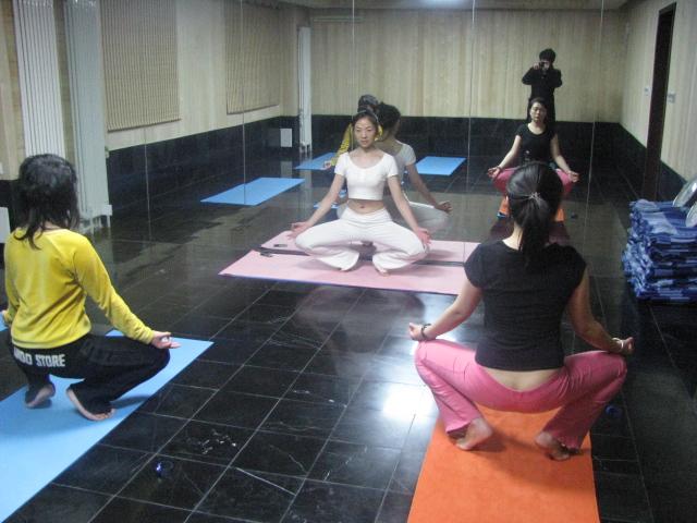 收腹又瘦腿的瑜伽体式练习 减肥瑜伽