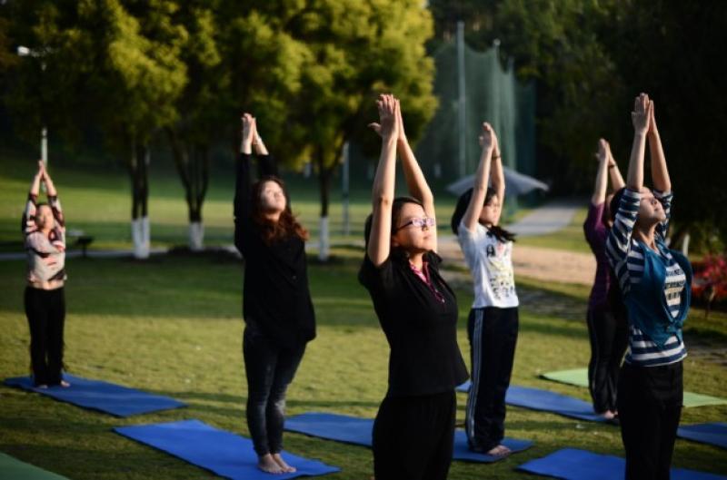 3式瑜伽帮你缓解吃撑的肚子 瑜伽学习